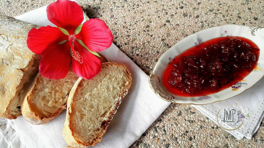 Mamellata di rose antiche Pane e marmellata e fiore di ibisco su tavolo di granito