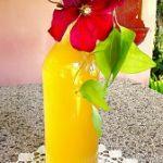 Sciroppo ai fiori di sambuco bottiglia su tavolo