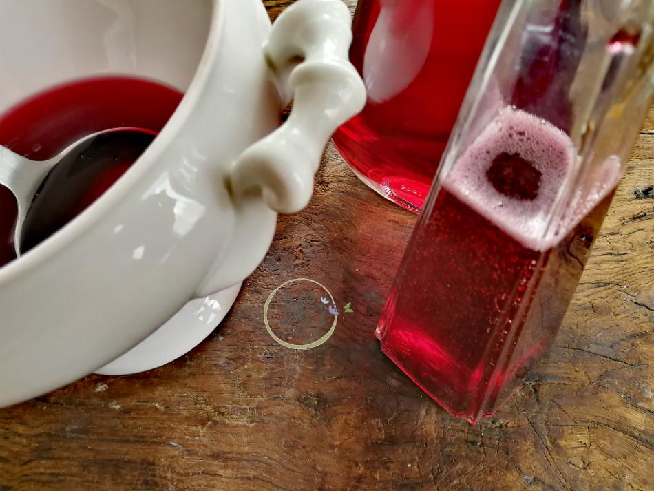 Imbottigliamento sciroppo di rose