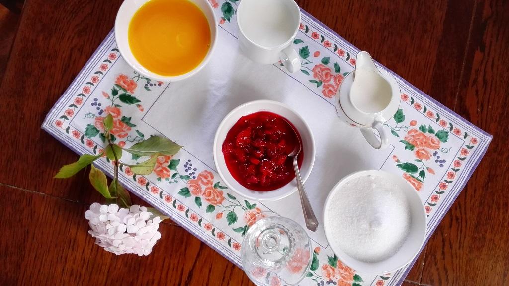 Latte, panna, tuorli d' uovo, zucchero semolato, amarene sciroppate e maraschino