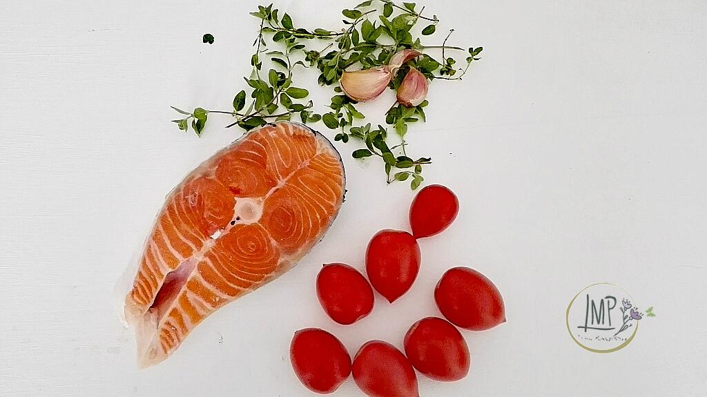 Maccheroni genovesi al ragù di salmone Ingredienti su tavolo bianco