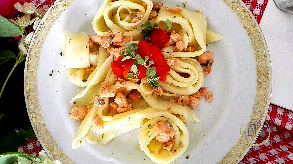 Maccheroni genovesi al ragù di salmone su piatto