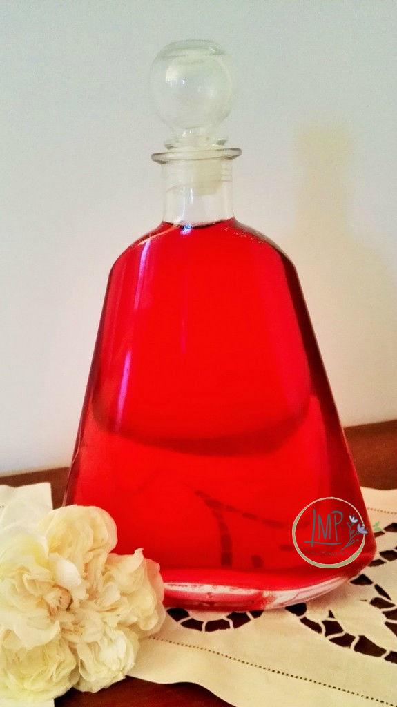 Sciroppo di rose antiche in bottiglia di vetro
