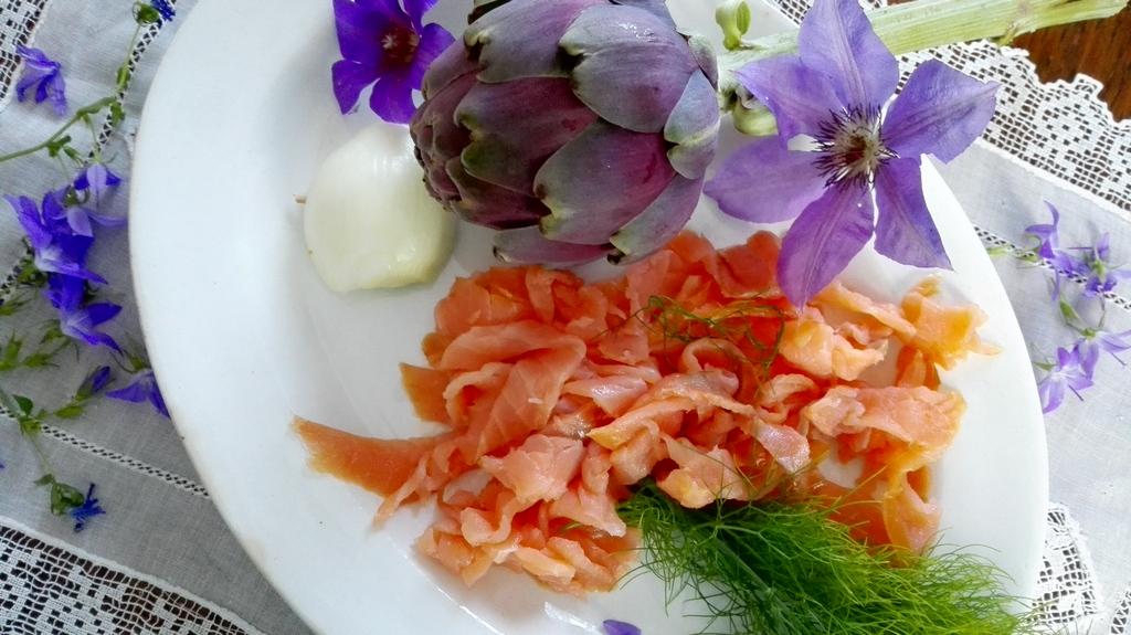 Salmone affumicato, carciofo, cipolla steccata e finocchio selvatico