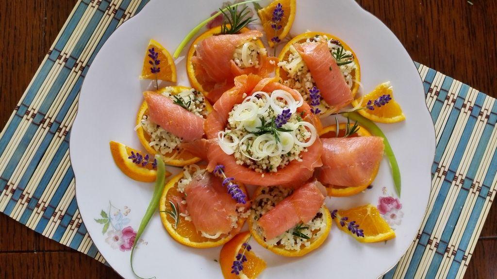 Il piatto composto con le fette di arancia, il bulgur ed il salmone