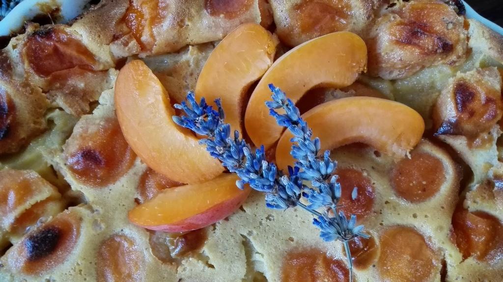 Flagnarde di albicocche in tortiera con decorazione di albicocche a raggi e fiori di lavanda