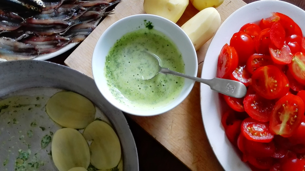 Ingredienti preparati, pomodori tagliati a fette, aglio e prezzemolo tritati con vino bianco