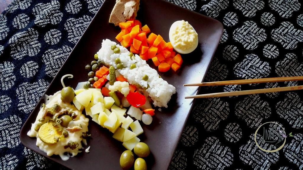 Insalata russa di riso orientale su piatto con bastoncini