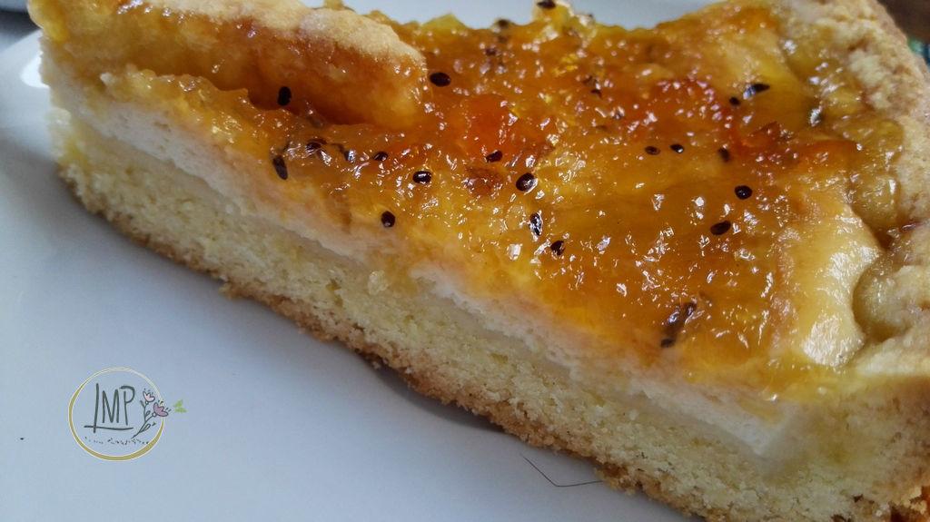 Chheesecake italiana con marmellata di kiwi e kumquat fetta su piatto bianco