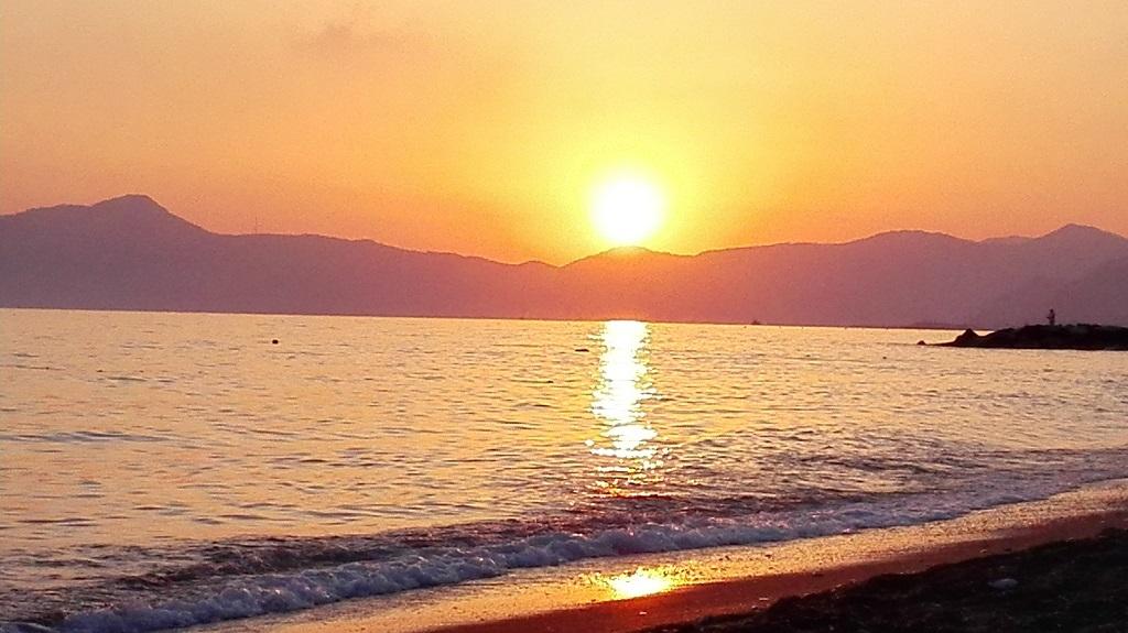 Tramonto sulla spiaggia con vista del golfo