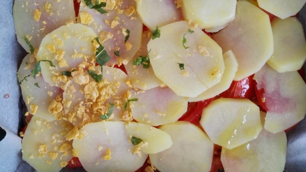 Crumble con i corn flaker e aromi sopra le patate