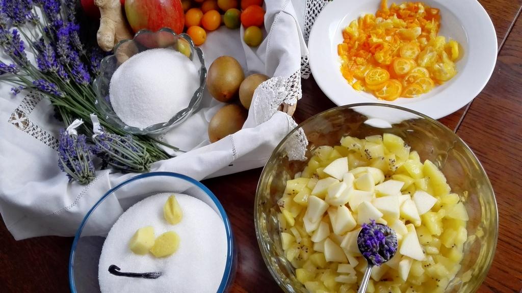 Ingredienti preparati: zenzero, kumquat, kiwi e mela spezzettati