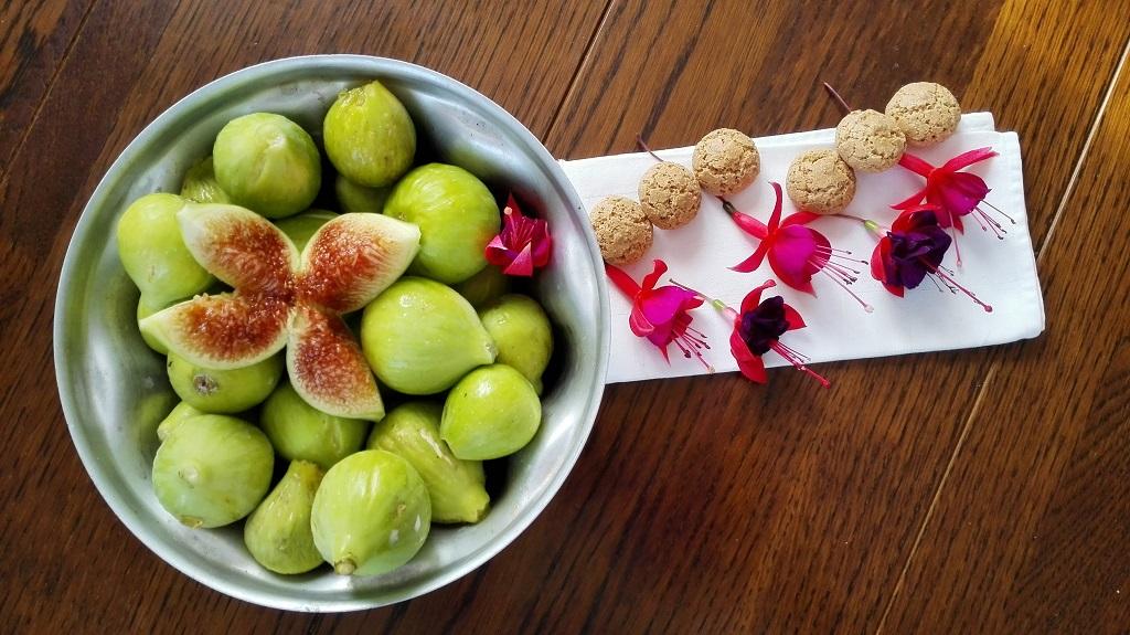Ingredienti principali, fichi in uno stampo da budino con amaretti e fiori di fucsia