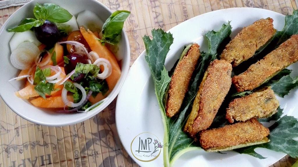 Zucchine ripiene vegetariane alla ligure con insalata estiva di insalata e frutta