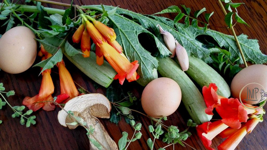 Zucchine ripiene vegetariane alla ligure ingredienti su tavolo con decorazione fiori