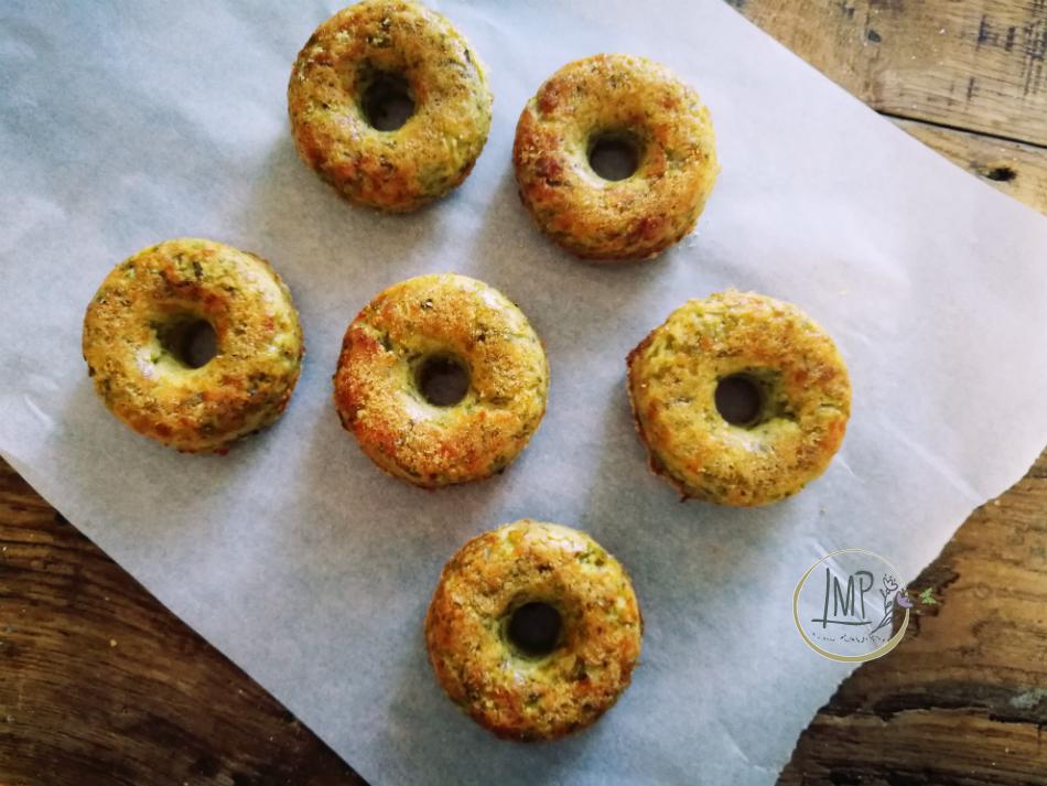 donuts patate e fagiolini sfornati a raffreddare