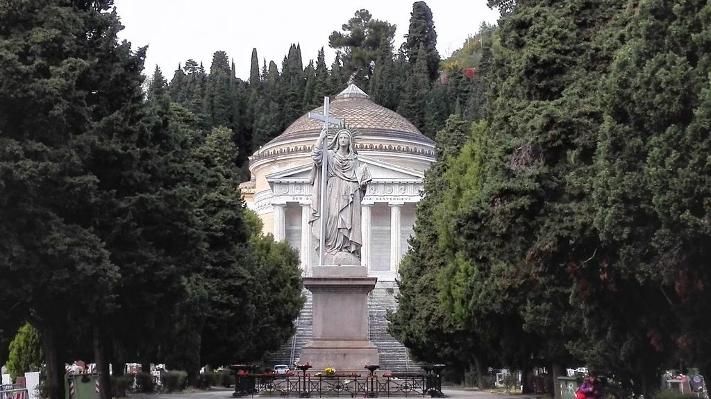 Phanteon, dal viale della Fede all' entrata di Staglieno