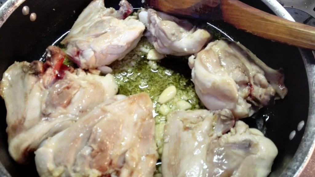 Pollo con aglio, mandorle e olio