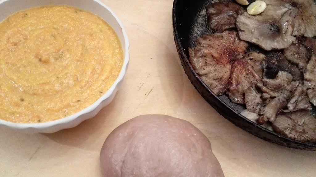 Ingredienti preparata: crema di zucca, funghi rosolati e pasta al vino