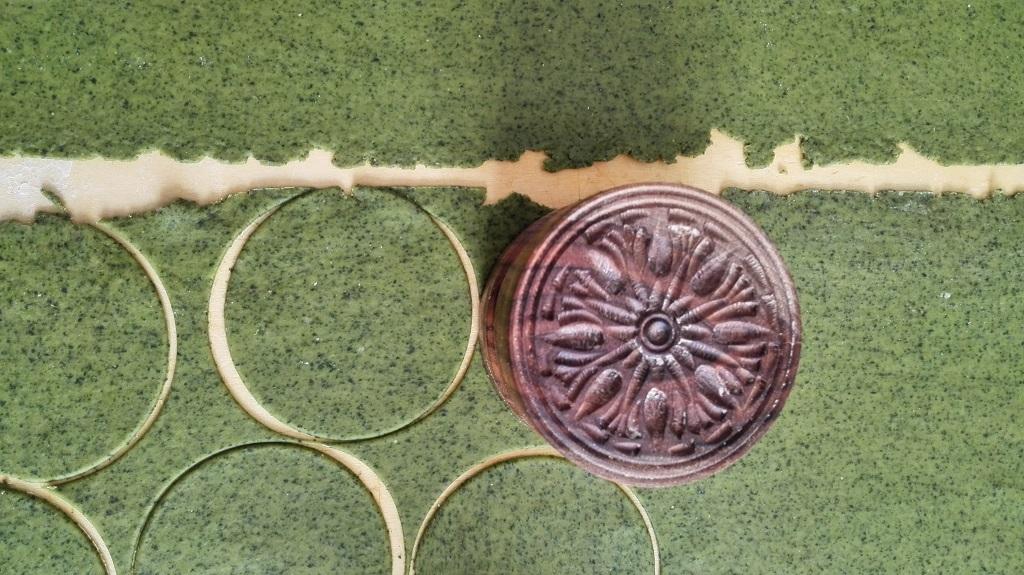 Taglio delle strisce di pasta per preparare i corzetti con lo stampo