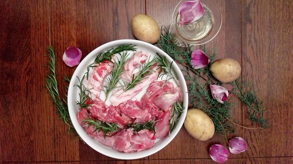 Ingredienti sul tavolo con bicchiere di vino bianco e rametti con petali per decorazione