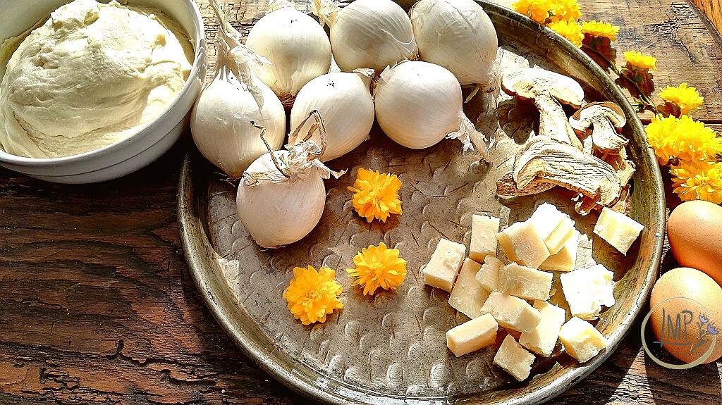 Torta di cipolle Ingredienti su testo di rame