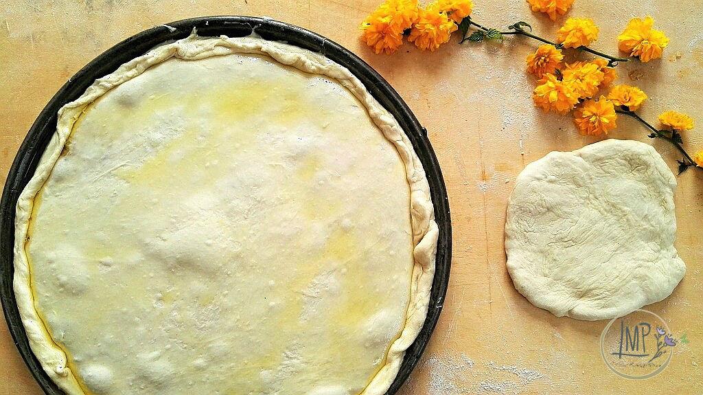 Torta di cipolle con focaccino pronta per il forno
