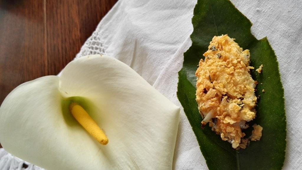 Dettaglio quenelle su foglia di limone con fiore di calla
