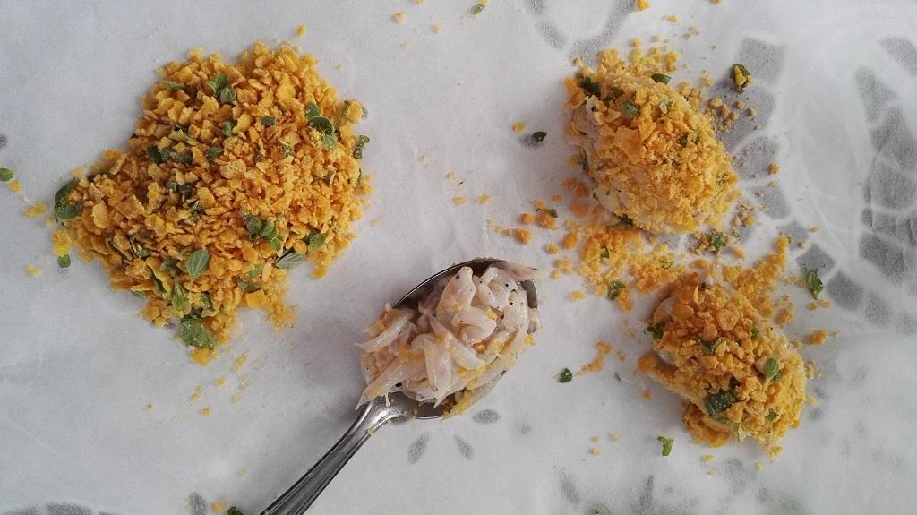 Preparazione quenelle con il cucchiaio e panatura con corn flakes