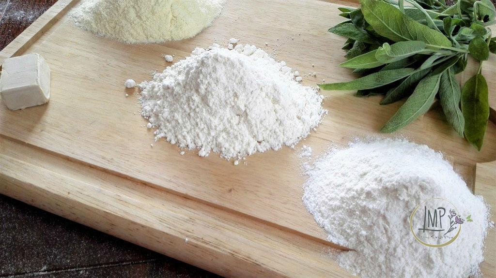Focaccia con la salvia Ingredienti su tagliere