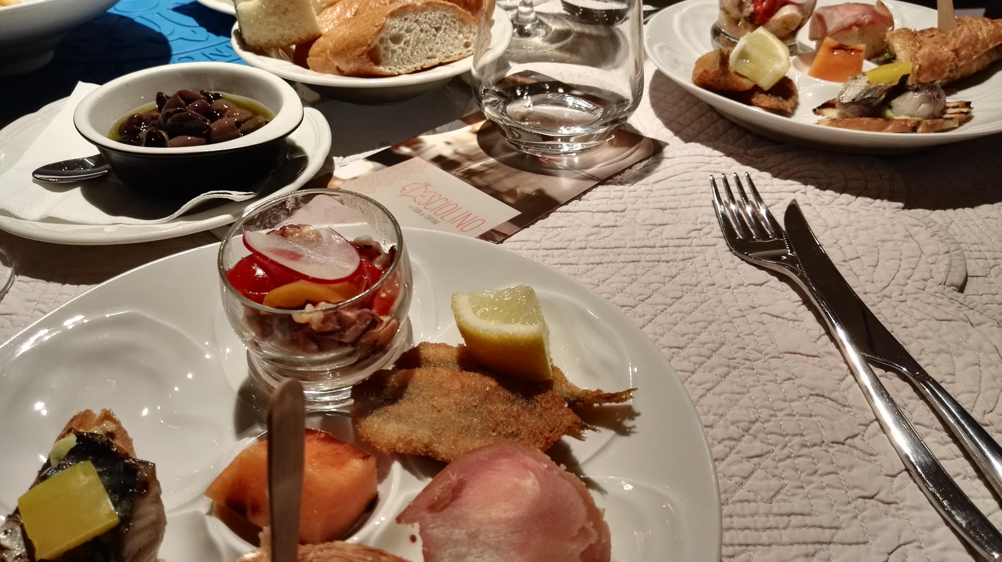 Diversi appetizer in un piatto freddo