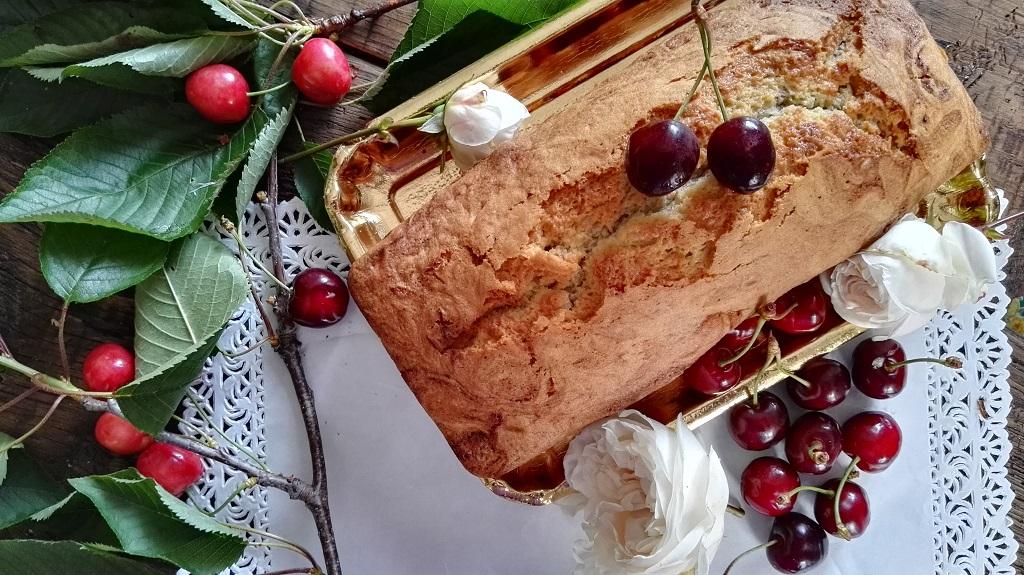 Plumcake alle ciliegie su vassoio dorato