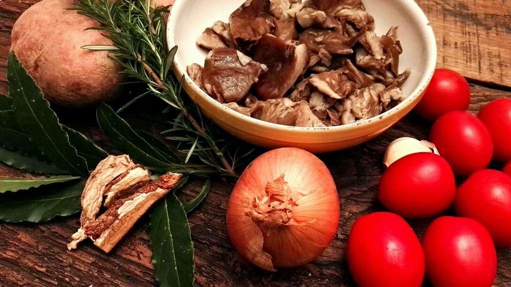 Ingredienti: funghi, patate,cipolla, pomodorini, rosmarino, aglio e alloro