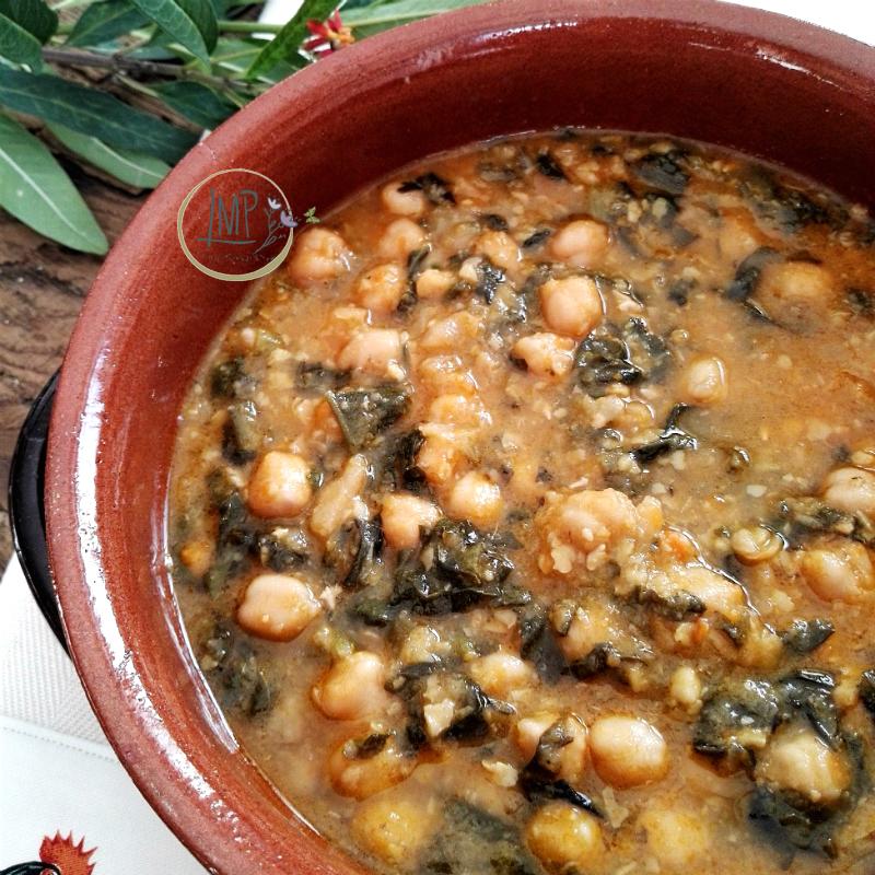 Zuppa di ceci zuppa nella pentola di coccio