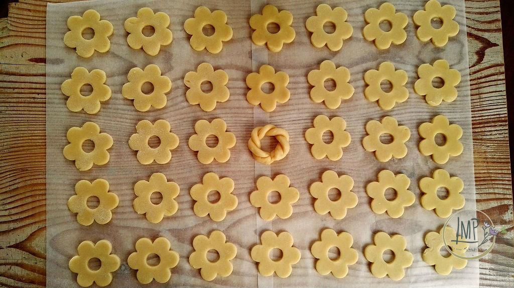 Canestrelli genovesi da cuocere allineati su tavolo