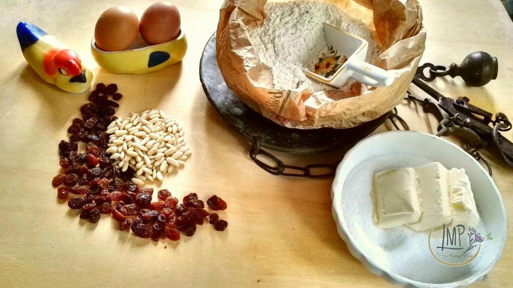 Focaccia dolce ingredienti su spianatoia