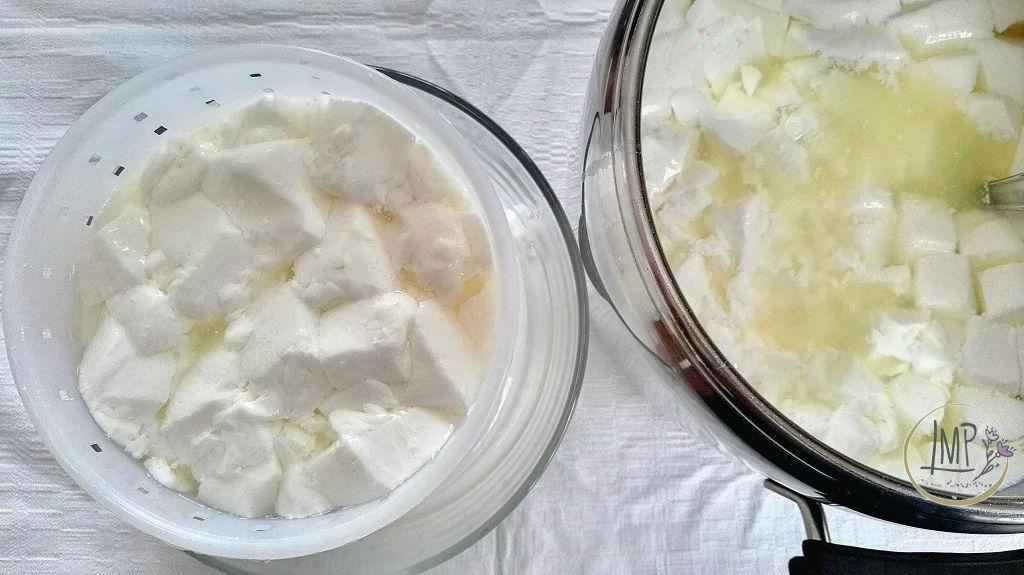 Fare il formaggio in casa Primosale cagliata nelle fuscelle per lo spurgo del siero