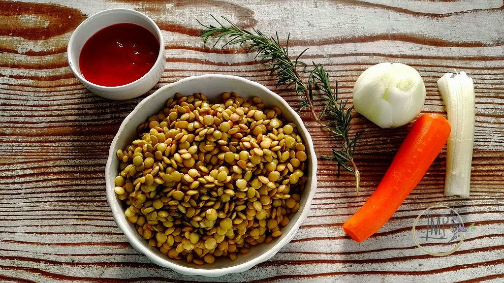 Minestra di lenticchie con lasagnette ingredienti su tavolo di legno