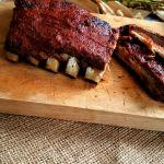 BBQ Ribs al forno dal Texas all' Italia Dettaglio ribs su tagliere di legno