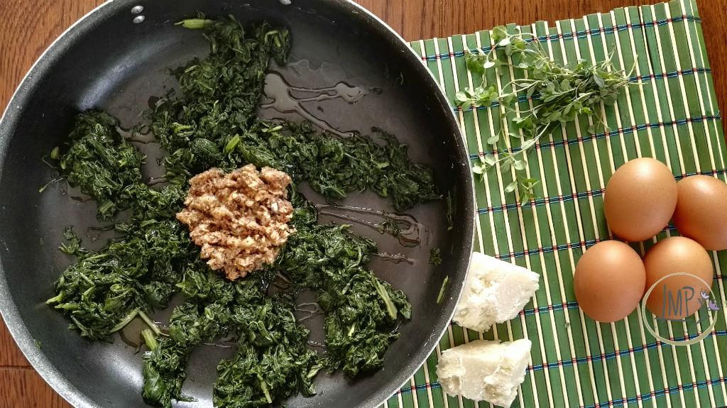 Frittata di bietole ingredienti con bietole e trito funghi e cipolla in padella
