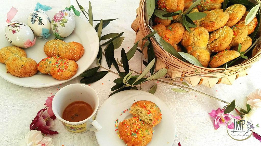 Koulourakia biscotti greci pasquali colazione con uova decorate
