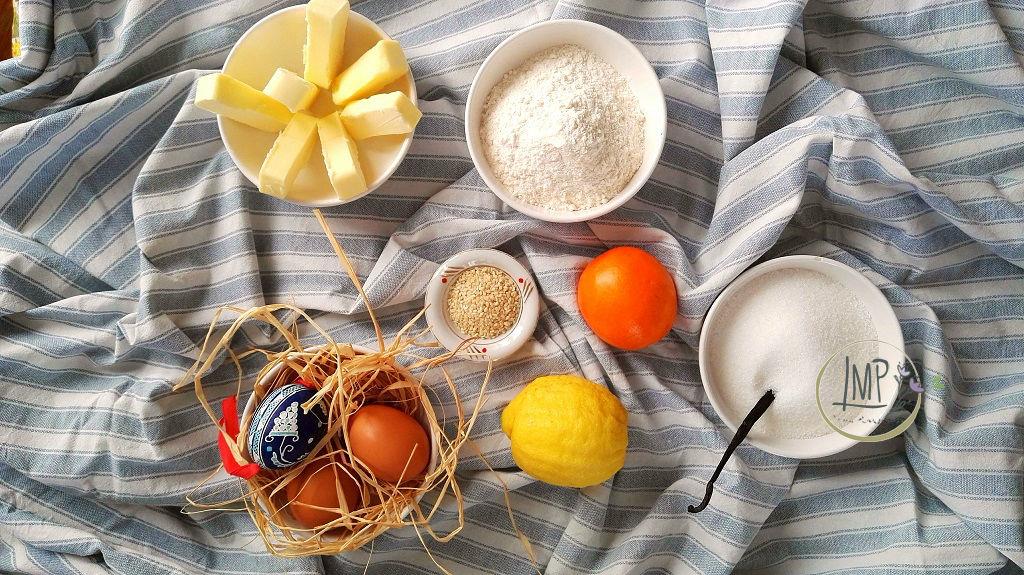 Koulourakia biscotti greci pasquali ingredienti disposti su telo greco