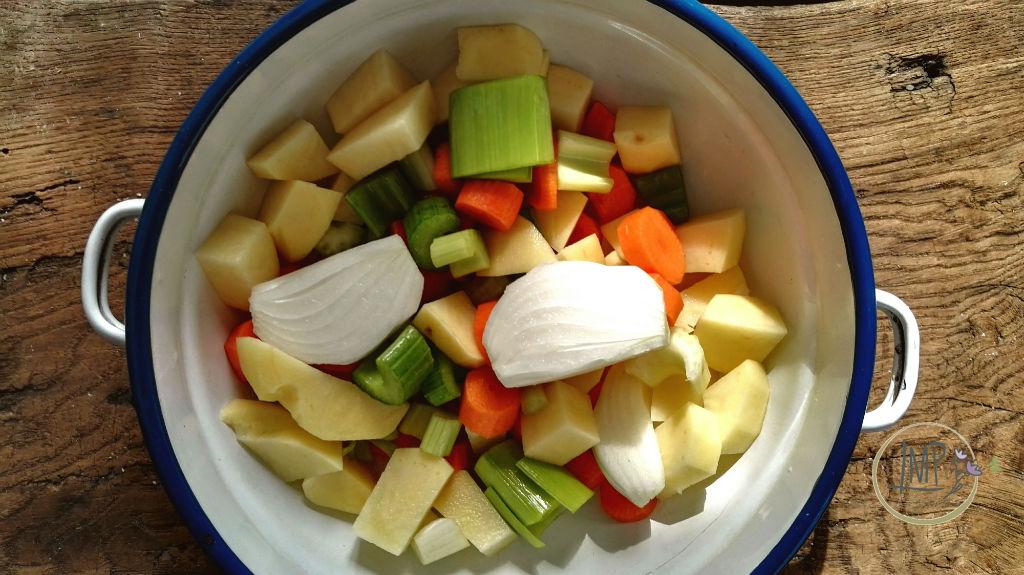 Zuppa valdostana Brodo verdure a pezzi per brodo