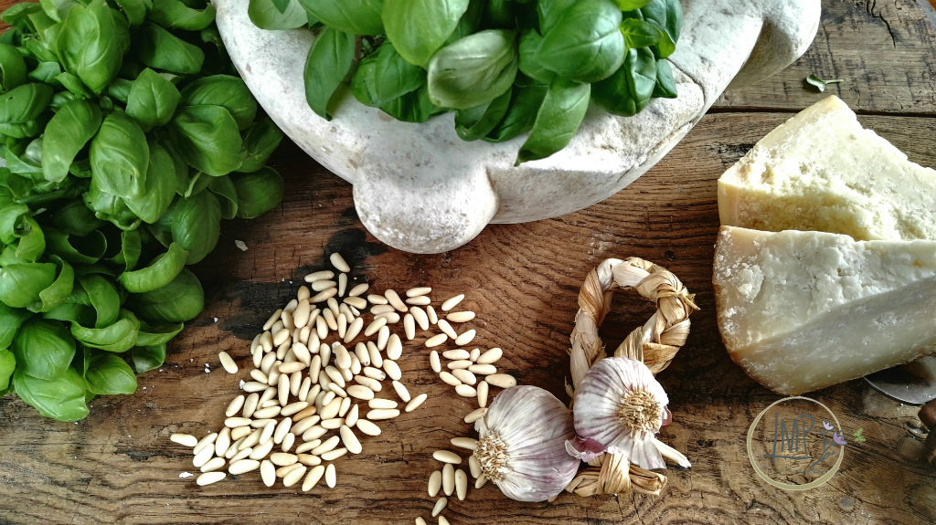 Zuppa valdostana Ingredienti pesto e mortaio di marmo