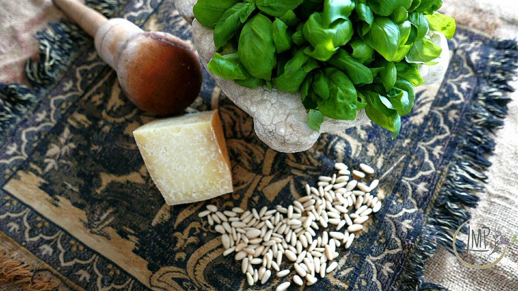 Corzetti al pesto corzetti Ingredienti pesto con vecchio mortaio di marmo
