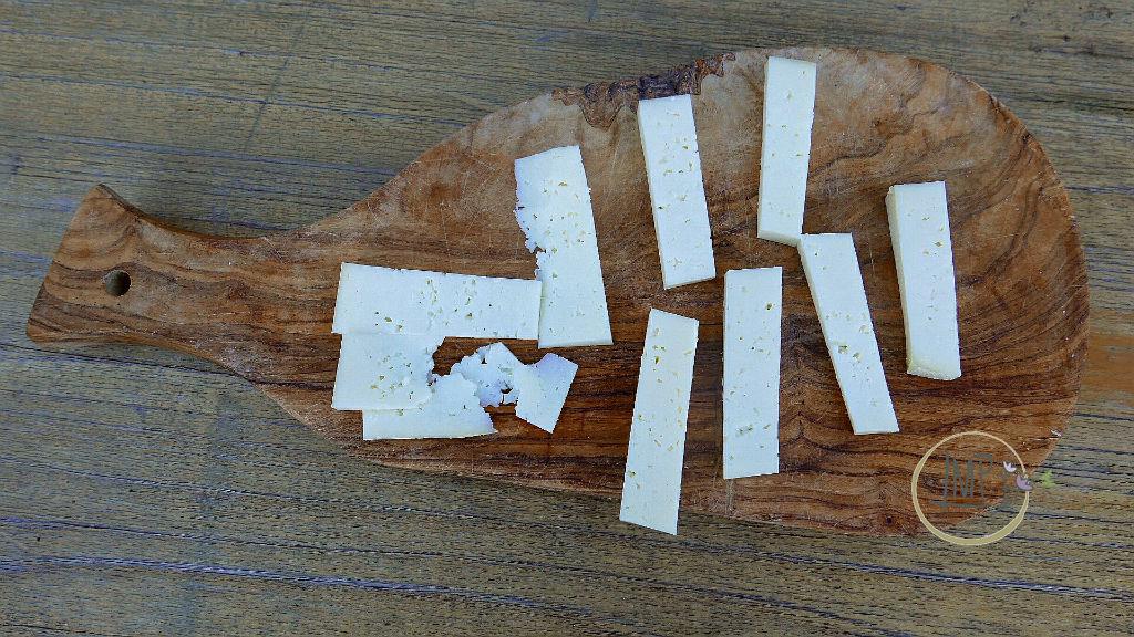 U Cabanin Formaggio tagliato a fette su tagliere