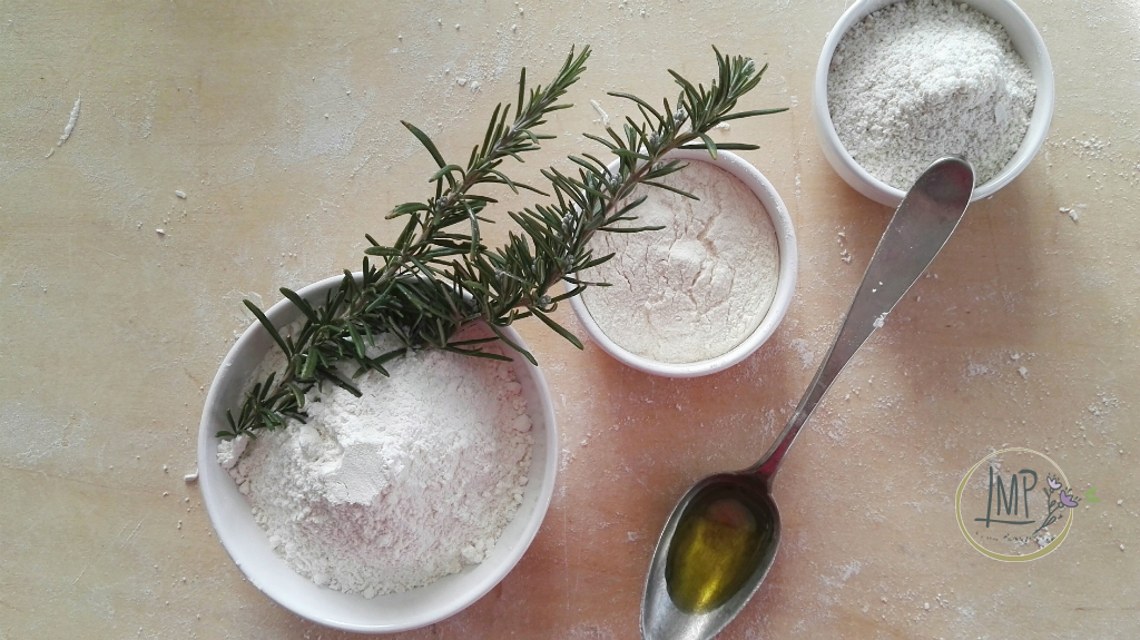 Schiacciata al mais e rosmarino Ingredienti farine olio evo e rosmarino