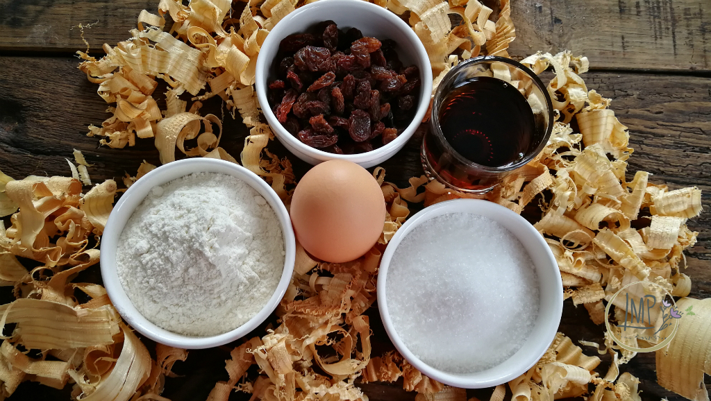 Frittelle con uvetta ingredienti tra trucioli