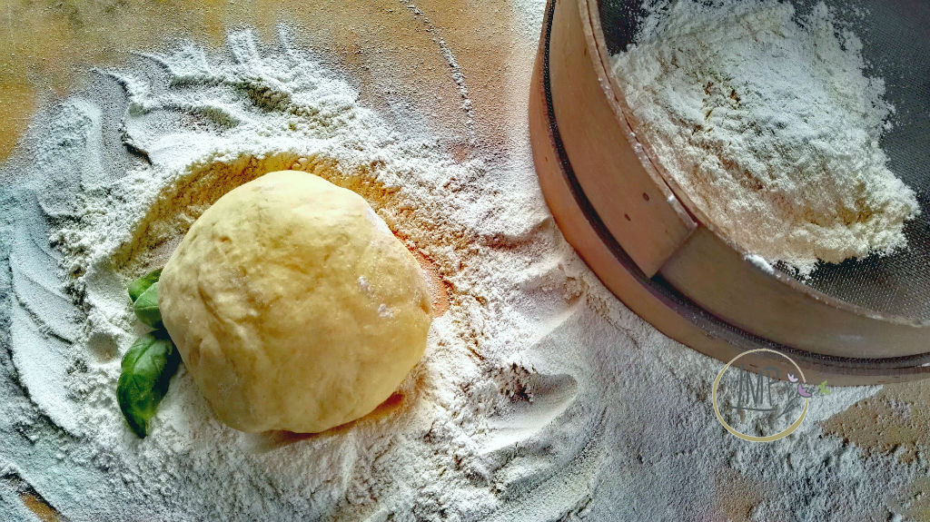 Mandilli de sea impasto e farina nel setaccio