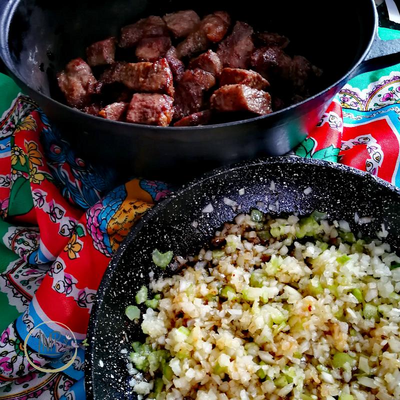 Stufato alla guinness Soffritto di cipolle, sedano e aglio